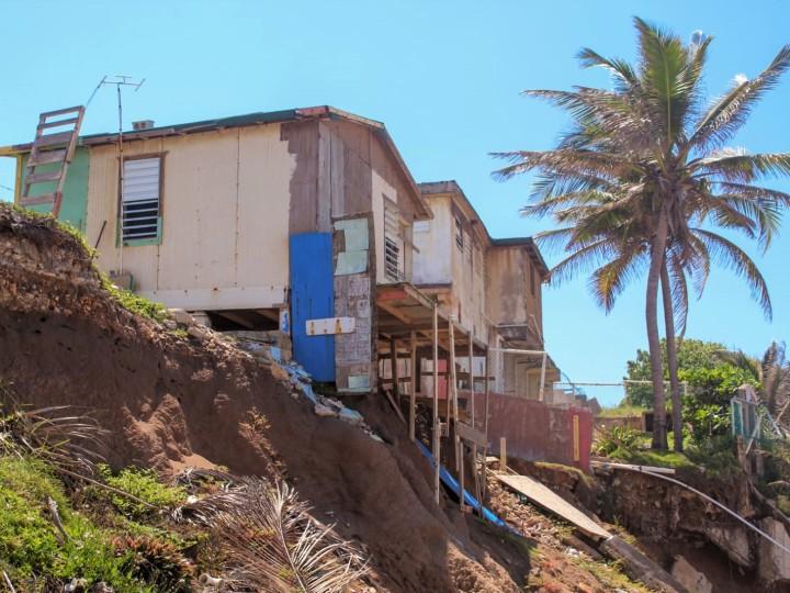 Casas destruidas por la erosión costera en Puerto Rico